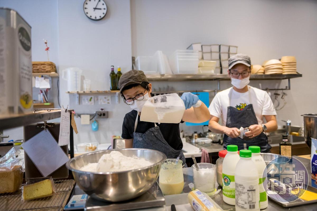 林由佳子(前)喜歡做麵包,不只為了吃,而是享受完成作品的過程。