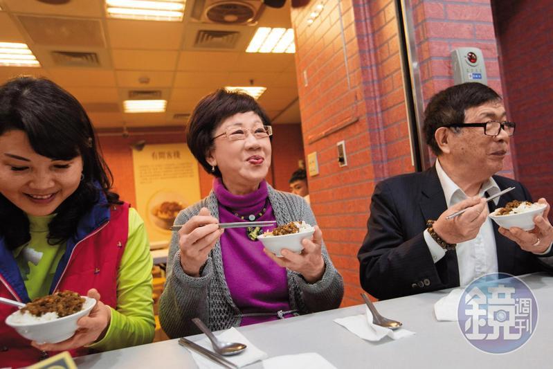 呂秀蓮造訪台北地下街,大啖滷肉飯,但她稱自己不重吃,沒有物欲,生活宛如老僧入定。