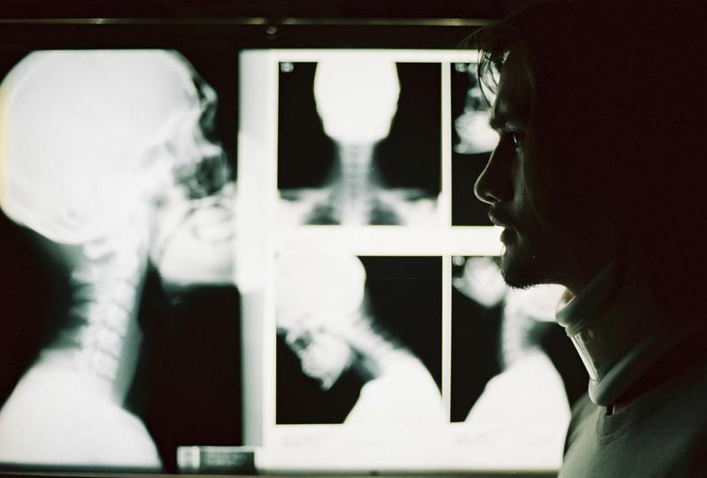 《鬼影》片中曾出現過電視節目《玫瑰之夜》介紹的靈異照片,加上各種驚恐手法,堪稱泰國鬼片之首。(台北電影節提供)