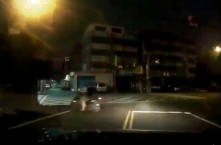 林男酒駕騎機車,見巡邏車趕緊掉頭要跑,遭警攔查。(警方提供)