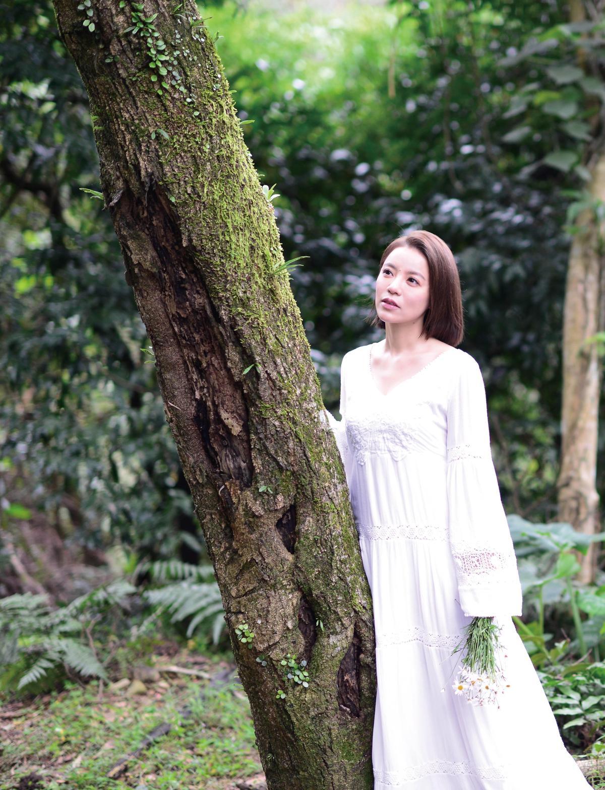 丁噹一身白在山林拍廣告,鏡頭前看來唯美,但她卻被蚊子大軍豪不留情地攻擊。(相信音樂提供)