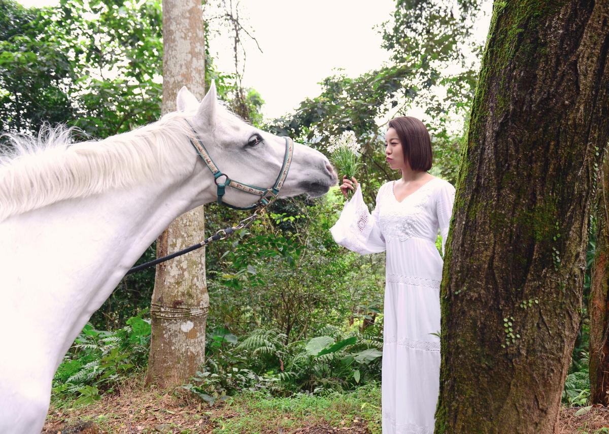 廣告找來白馬與丁噹合拍,一開始「白馬王子」情緒太激烈,差點踩傷丁噹。(相信音樂提供)