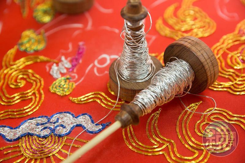 台灣刺繡的配色強烈,因為大量使用鮮豔、散發金屬光澤的蒼線。