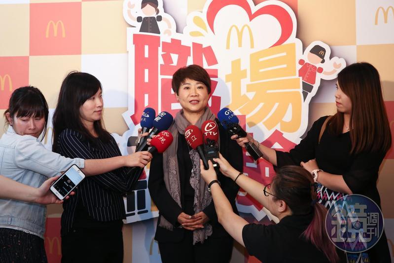 服務業爆人才荒,台灣麥當勞人力資源部副總裁藍郁琇向求職者招手。