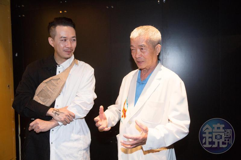 台灣時尚設計師周裕穎(左)很喜歡神明繡,但要找到願意跨界相助的工藝師不容易,林玉泉是唯一沒拒絕的老師傅。