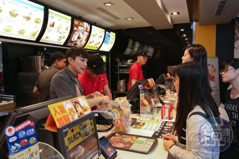 麥當勞給薪大方,若從餐廳襄理開始晉升,最快3年薪水就可以從3字頭變成5字頭。