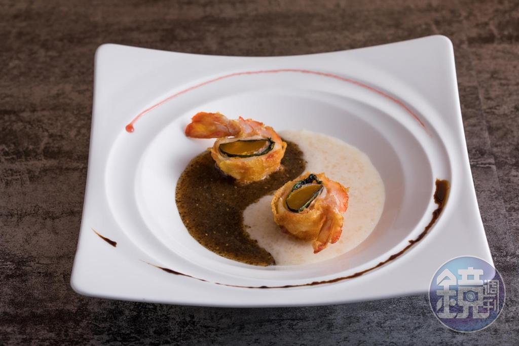 鮮鹹濃郁的「太極雙耳襯鹹蛋黃明蝦」,搭配木耳露很具巧思。(2,500元套餐菜色)