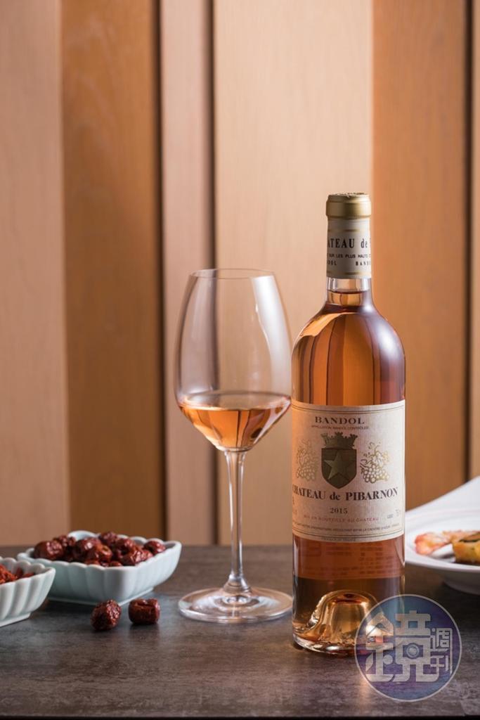 口感扎實的「Pibarnon, Bandol Rose 2015」,有漂亮酸度及辛香料風味。(2,600元/瓶)