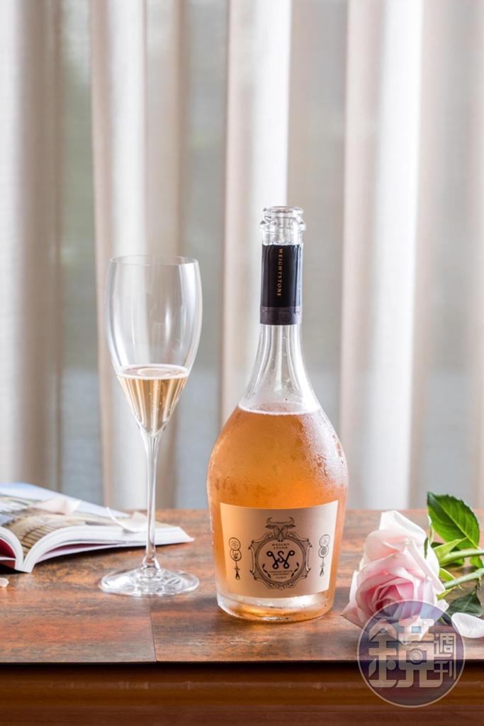「Weightstone, Rose Brut, Gris de Noirs, Cuvee 15 Taiwan」帶鮮明酸度,尾韻有鹹菜乾風味,適合客家或台式料理。(4,600元/瓶)