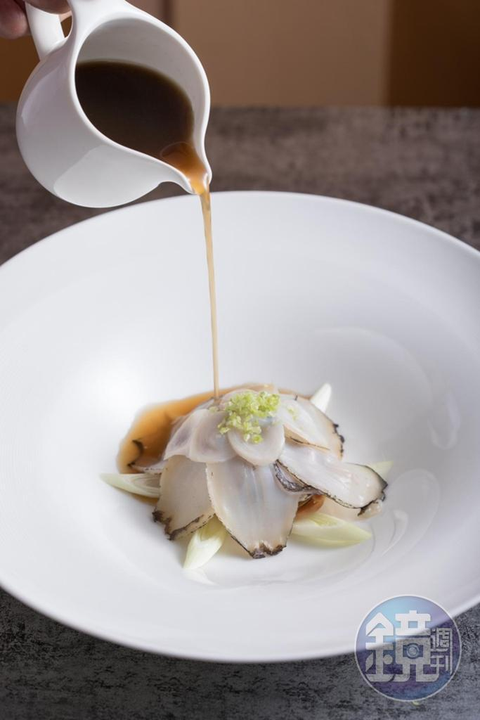 「Weightstone, Rose Brut, Gris de Noirs, Cuvee 15 Taiwan」搭配老台菜「魷魚螺肉蒜過橋鮑魚」,料理中的鹹味與爽脆帶酸的粉紅酒很合拍。(2,500元套餐菜色)