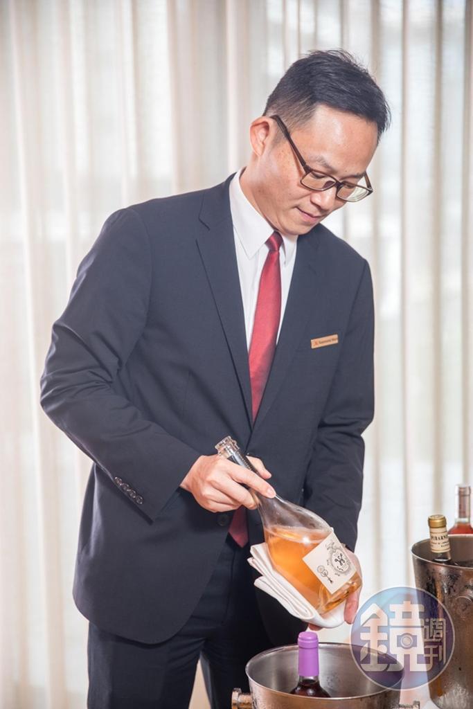 台北萬豪酒店餐飲營運經理聶汎勳曾出版葡萄酒品飲書籍,具備飲食及生活美學知識,這次的粉紅酒搭台菜,餐酒結合讓人驚喜。