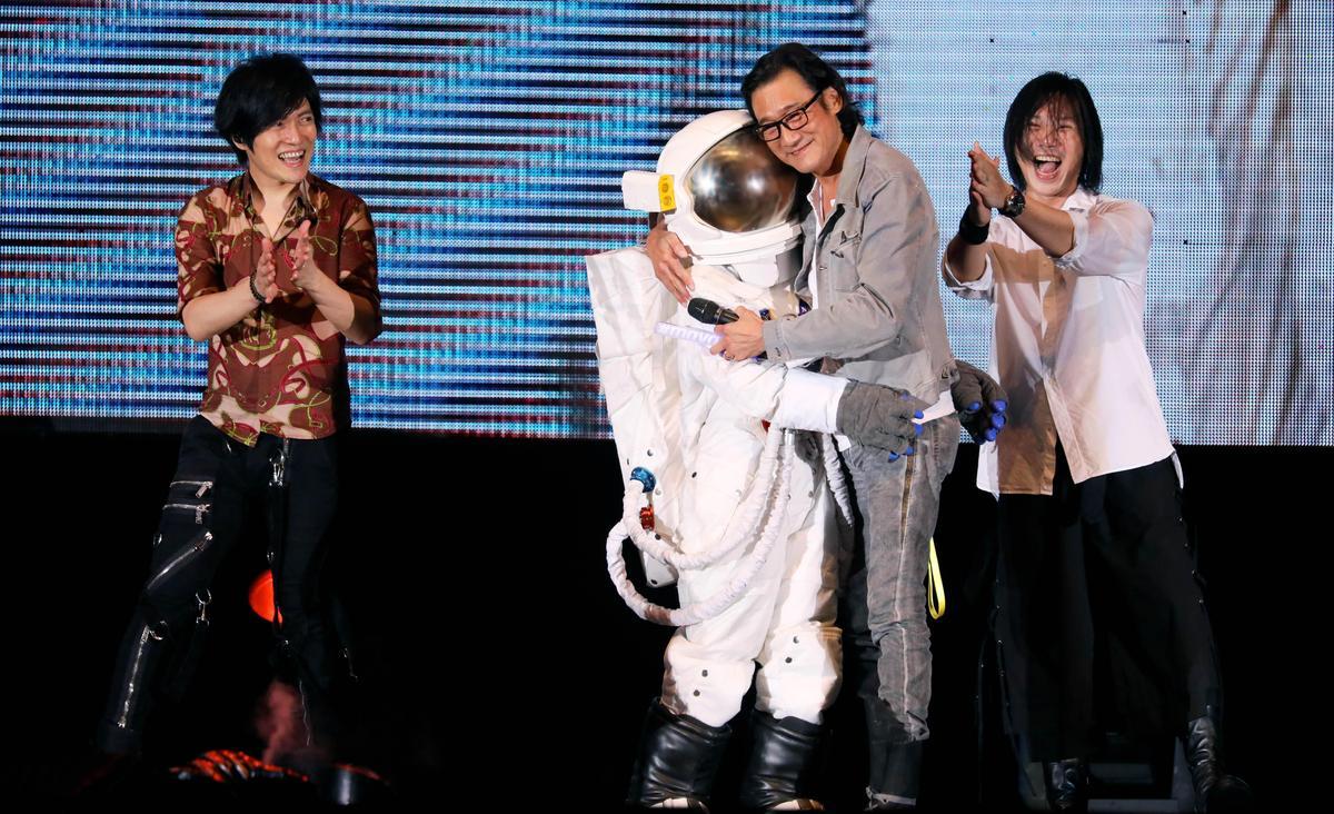 梁家輝與〈頑固〉MV的小太空人重逢,在台上擁抱讓五月天非常興奮。