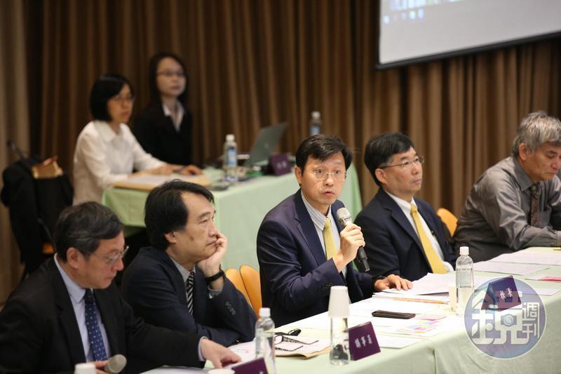 台大臨時校務會議討論過程非常熱烈,台大代理校長郭大維不斷以表決方式讓議事順利進行,校務代表必須高舉出席單才能投票。
