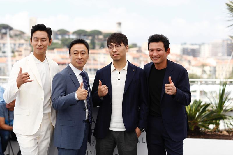 黃晸玟(右起)、尹鍾彬導演、李聖旻、朱智勳為電影《北風》現身坎城影展。(Catchplay提供)