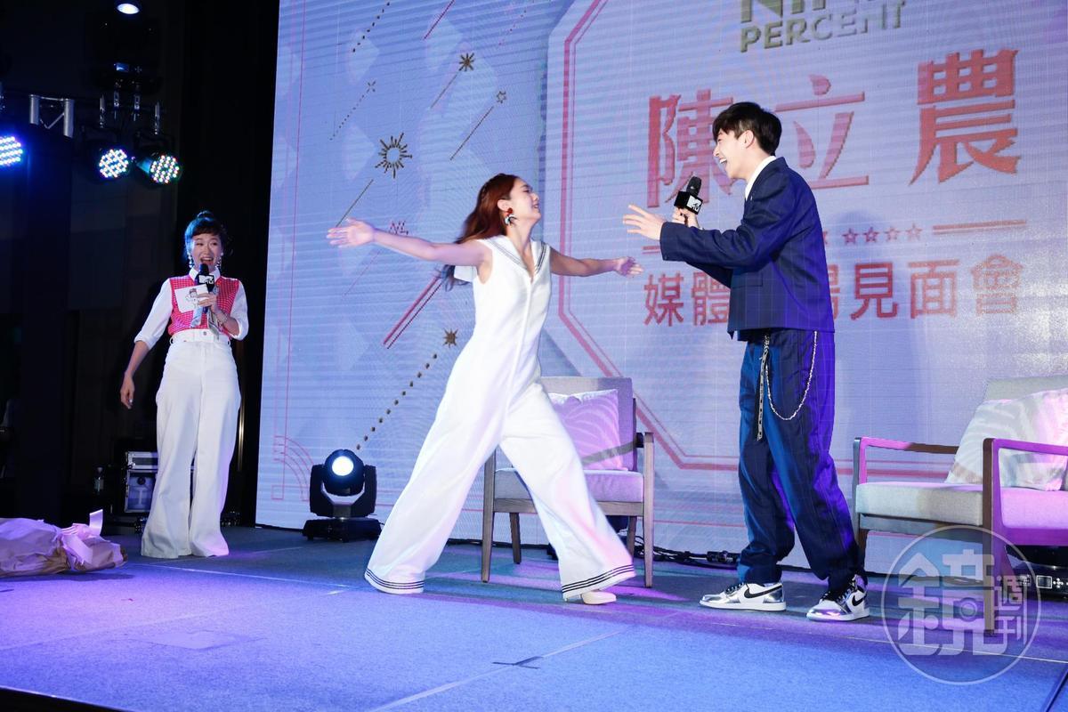 楊丞琳擔任見面會嘉賓,送上熱情擁抱。