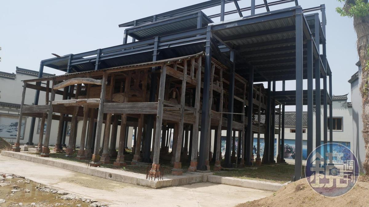 位於蚌埠的古民居博覽園區內有相當多等待修復的古宅,每根木頭都是古董。