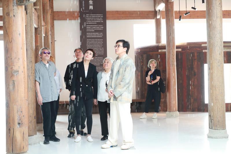 成龍帶著徐克、導演李仁港、以及把媽媽也帶來的蔣雯麗一起參觀環保展覽館。(成龍媒宣中心提供)