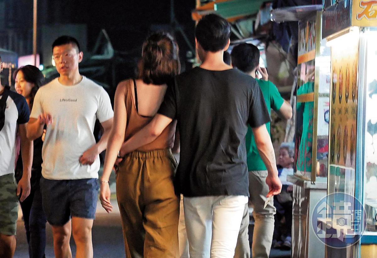 4月30日23:01,手牽一牽,Mai又順勢摟著洪文安的腰,透過肢體碰觸展現對女朋友的愛護。