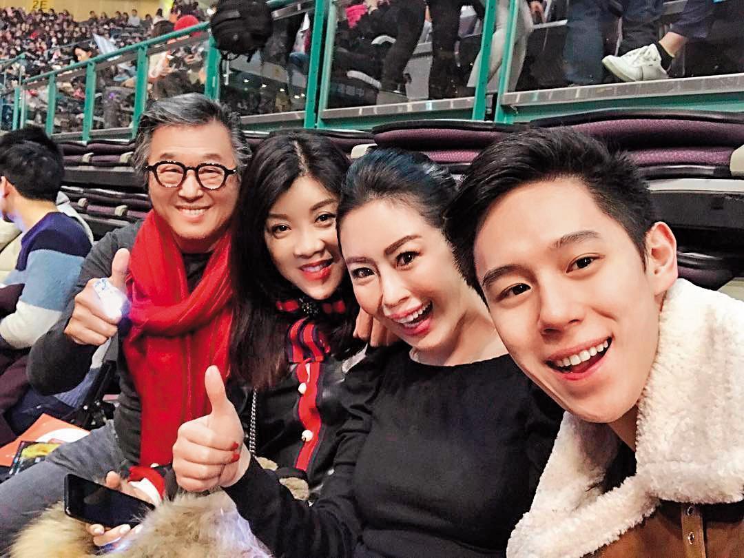 Mai的媽媽(右2)跟王偉忠的太太小慧(左2)是閨密,常一起聚會。(翻攝自DJ Mai IG)