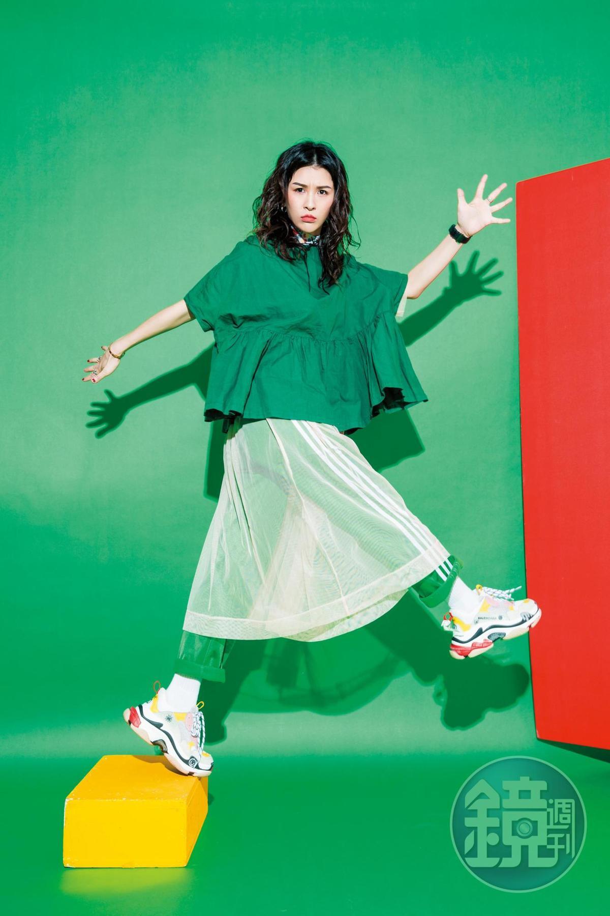 綠色傘狀娃娃裝上衣,姐姐送的;Cody Sanderson星星戒指,(四星)NT$26,550、(兩星)朋友送的、(一星)NT$17,100;透明紗裙洋裝,姐姐送的;adidas Originals綠色運動長褲,約NT$2,000;Balenciaga Triple S老爹鞋;約NT$26,000。