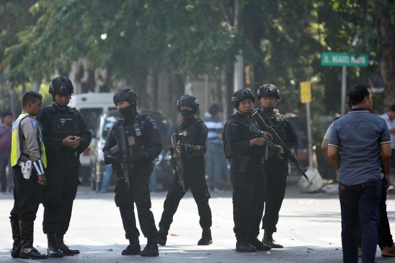 印尼泗水三座教堂星期天遭到自殺炸彈攻擊。印尼反恐警察在爆炸後的無垢聖母教堂外街頭巡邏。(東方IC)