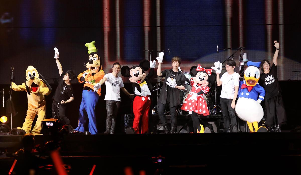 迪士尼經典卡通人物米奇、米妮等於香港最終場現身,讓五月天童心大起。