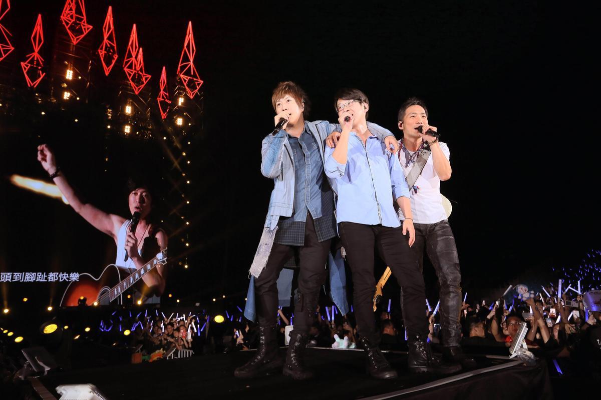 《人生無限公司》香港演唱會吸金 4.6億台幣,總計15萬名員工打卡上班同樂。