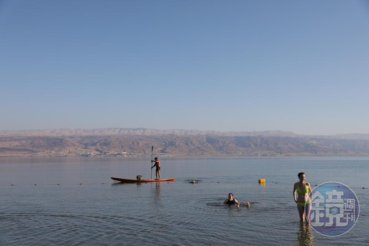 管理員不時在水上划槳維持秩序,以免有人失控飄到約旦去。