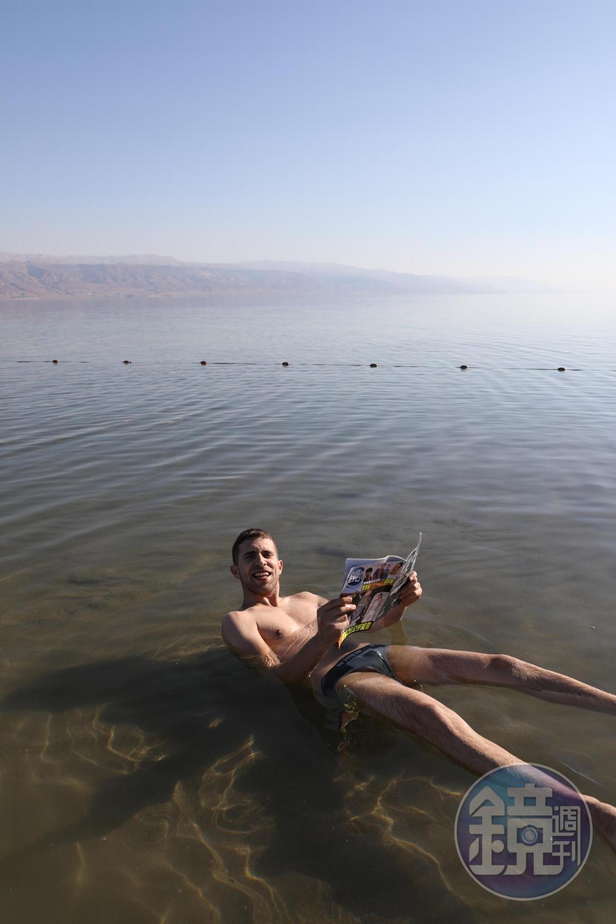 這位賽浦勒斯男子應我的要求,體驗在死海漂浮中閱讀《鏡週刊》的樂趣。