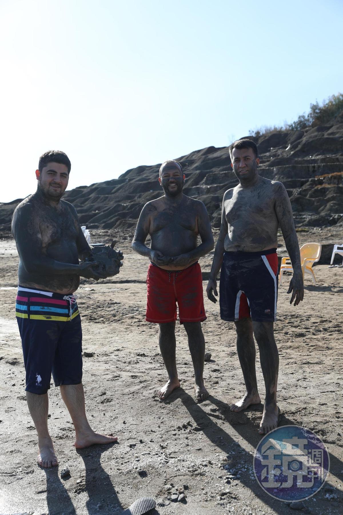 即使是一群大男人,也把全身塗得黑漆漆的,說是對皮膚很好。