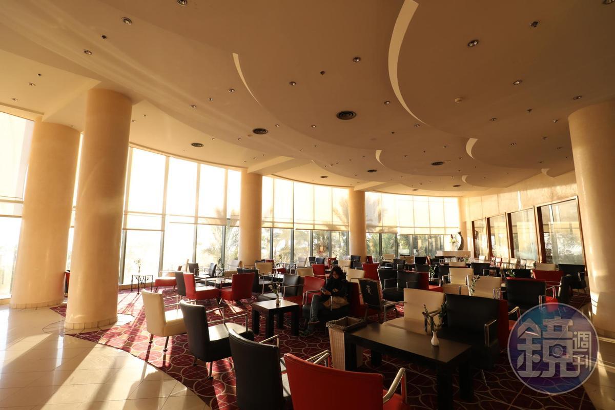 因為是猶太的安息日,清晨的飯店大廳渺無人煙,盡是閒適氛圍。