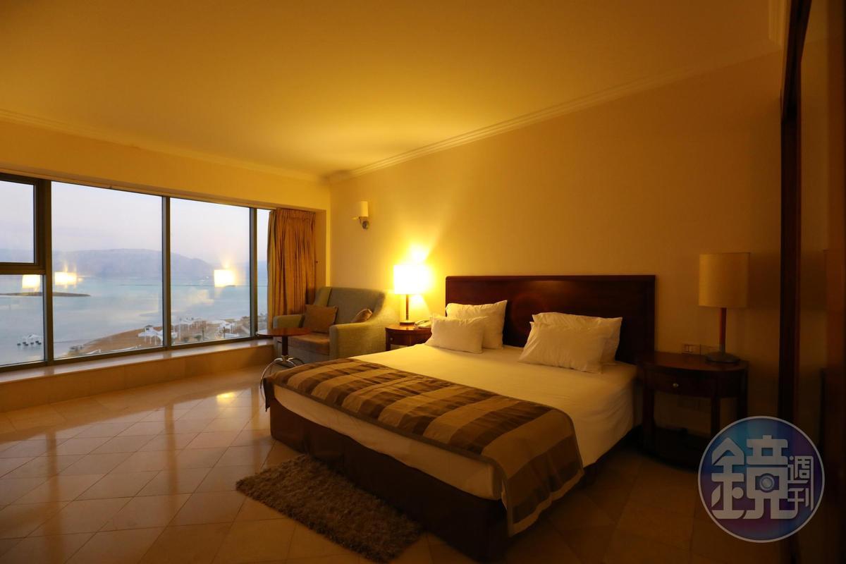 客房落地窗可飽覽死海景觀,寬敞舒適。