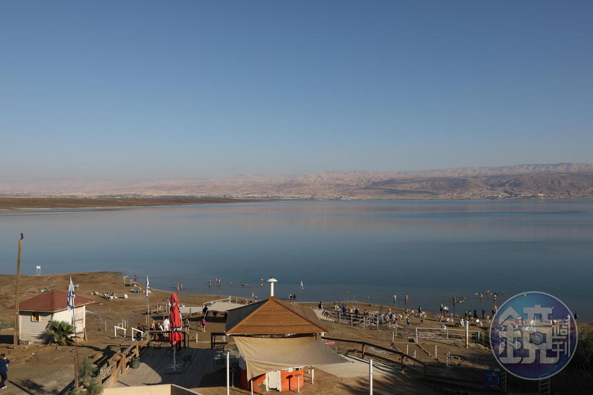 死海就像一個大型海水浴場,只是風平浪靜了點。