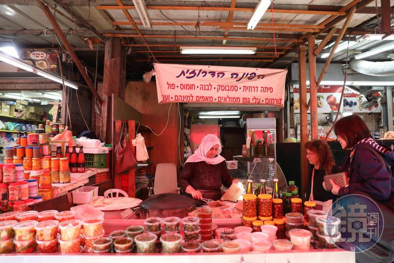 麵餅攤的老媽媽是「Carmel Market」的經典風景。