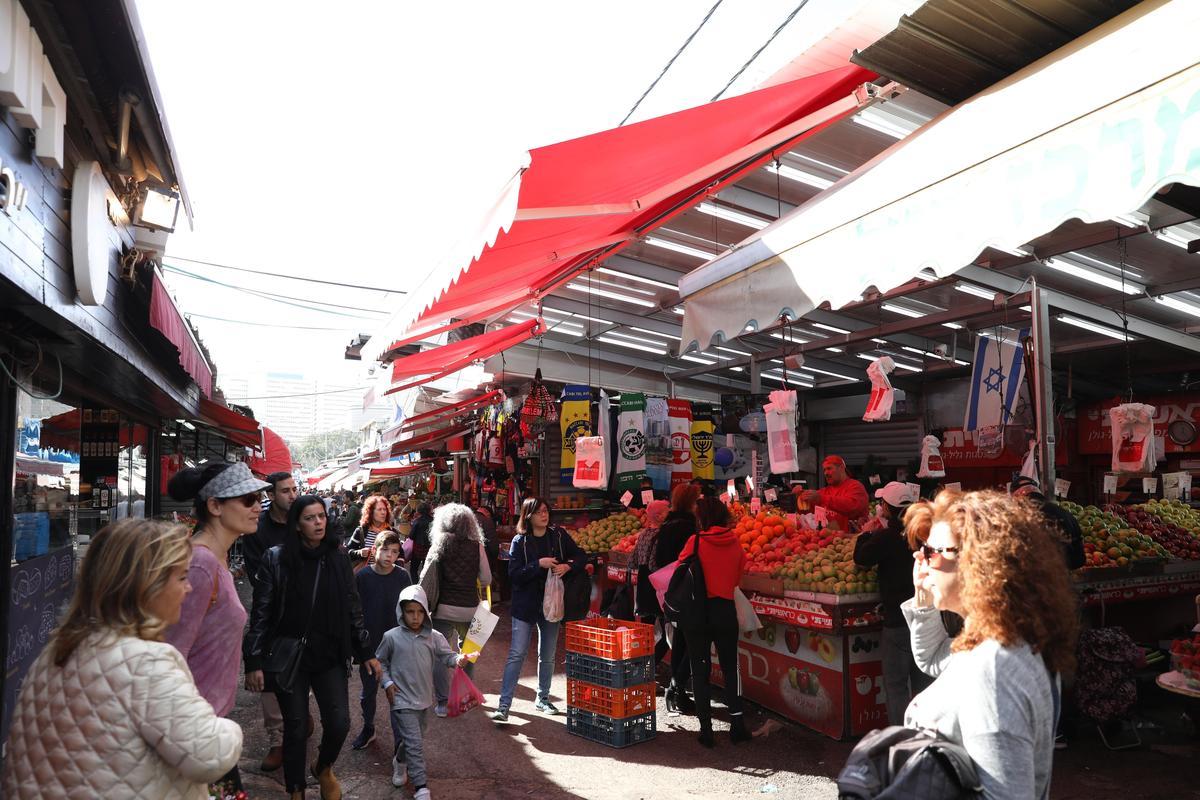 「Carmel Market」的攤子商店都沿著長街而建,一攤攤仔細逛下去,至少得花2小時。