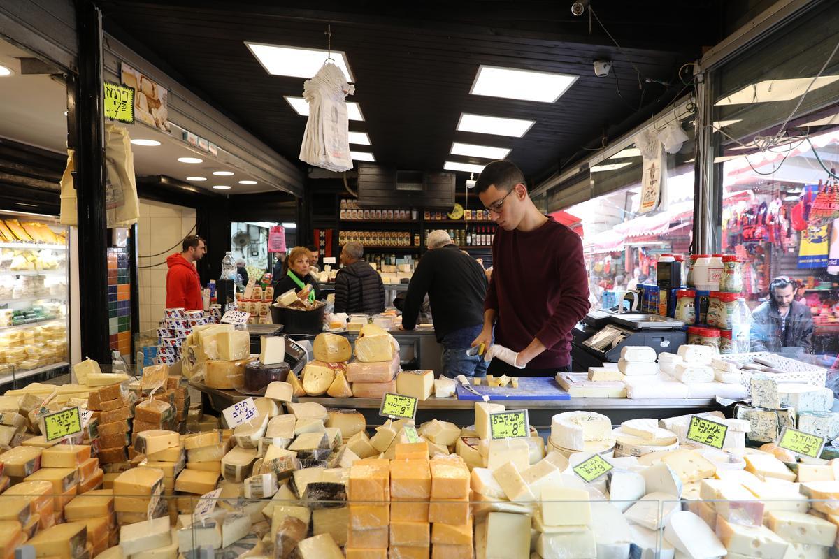市場裡的專門店,供應以色列人餐桌上必備的各色乳酪。