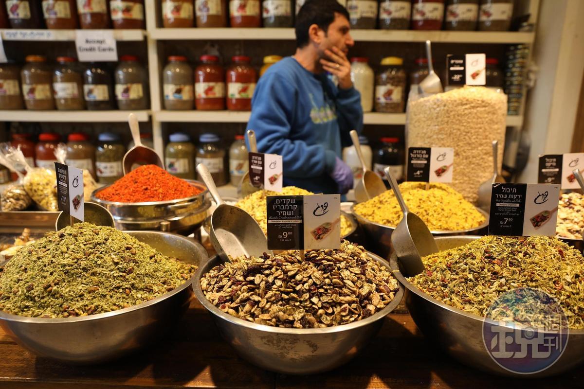 一盆盆香料、乾蔥、香米與堅果混合,是雜糧行裡的獨特的氣味與風景。