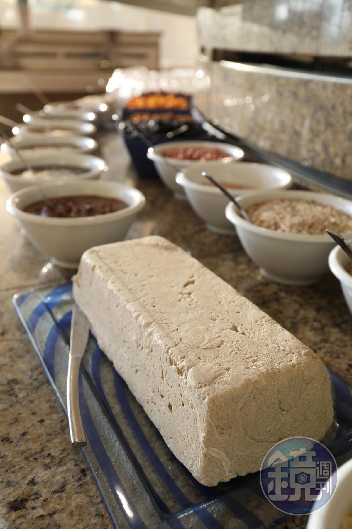 安息日無人服務的早餐,早已擺上中東式甜點,滋味頗似花生酥。