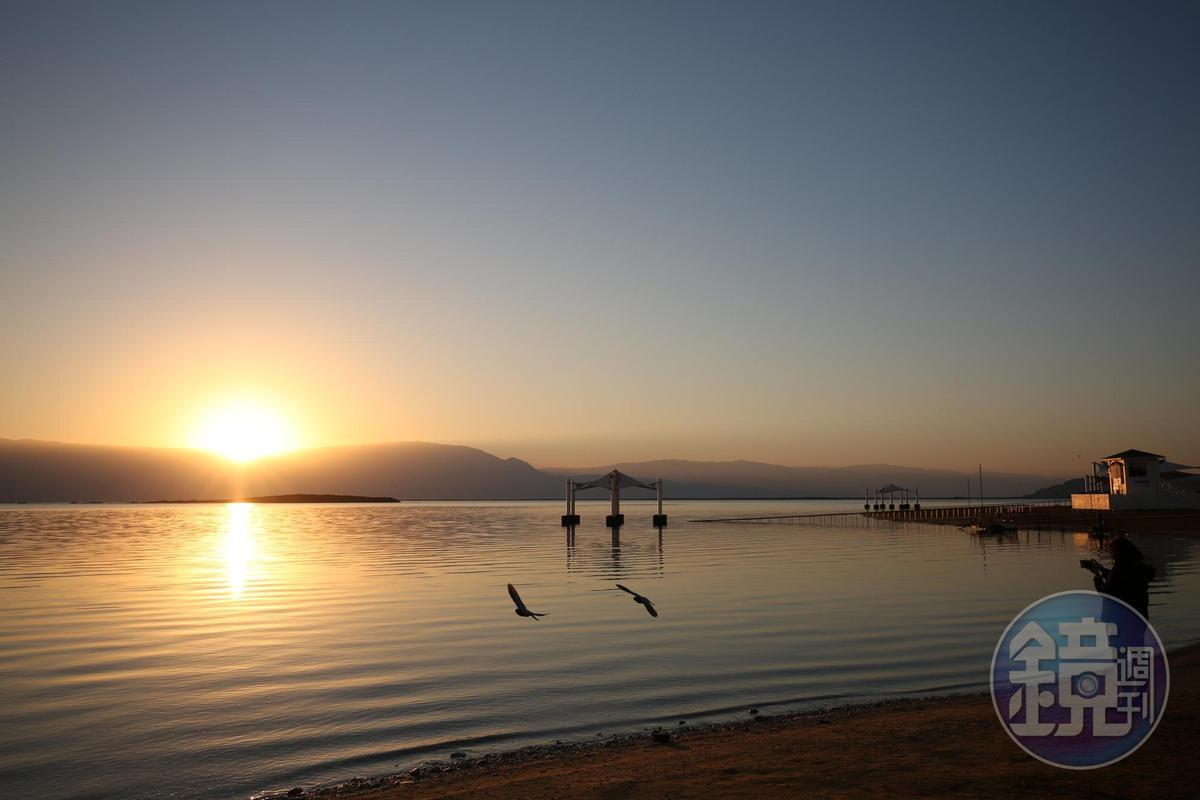 死海的日出,是從約旦那頭的山後面跳出來。