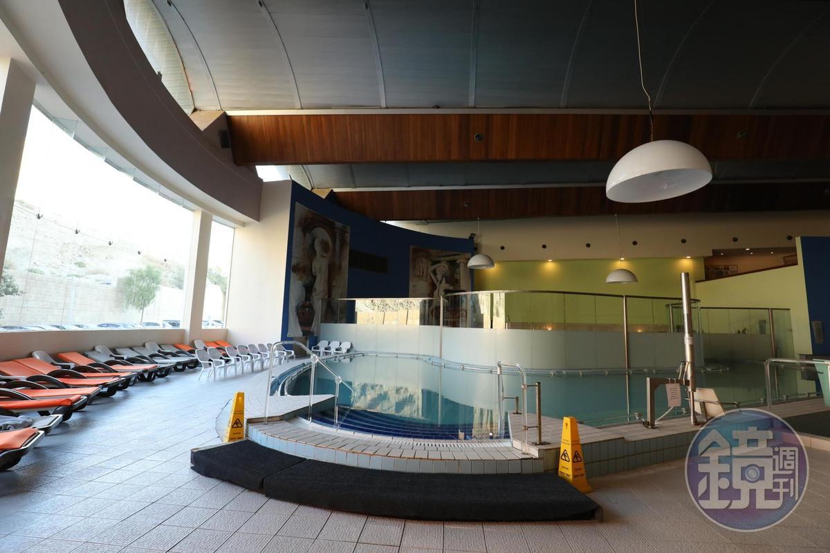 飯店引入死海水,打造有如溫泉會館的空間。
