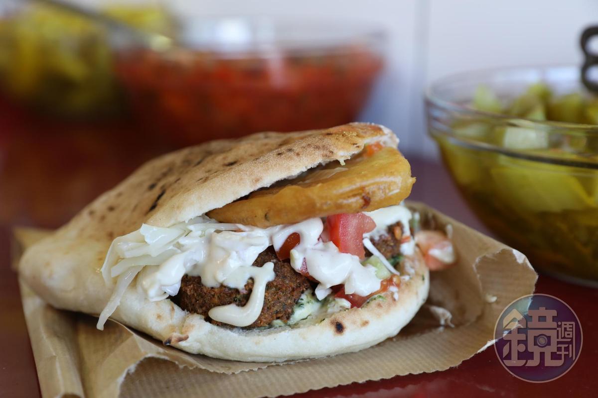 「Pita」是市場裡最常見的食物,袋餅裡包著油炸鷹嘴豆做的Falafel,簡單就可解決一餐。(17新謝克爾/份,約NT$146)