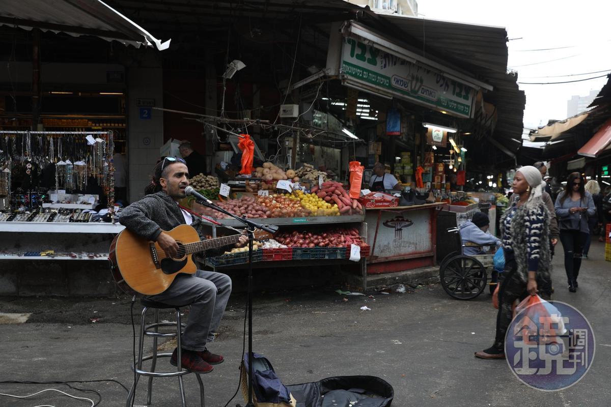 吟唱家鄉曲調的走唱歌手,是「Carmel Market」裡令人駐足的一景。