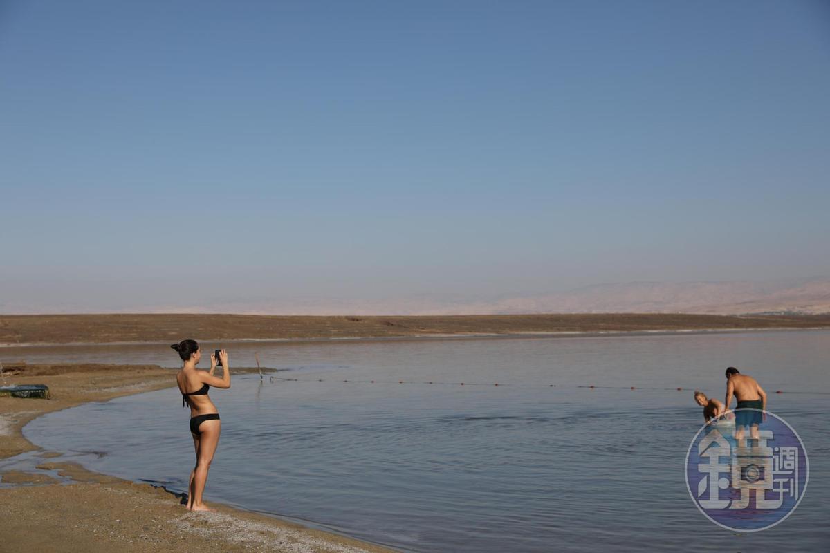 很多人來死海邊上做日光浴,雖然輕鬆愜意,動作卻不能太大。