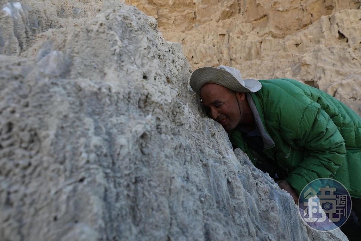 阿里說,用你的舌頭舔舔看,就知道沙漠裡的岩石都是死海鹽的結晶。