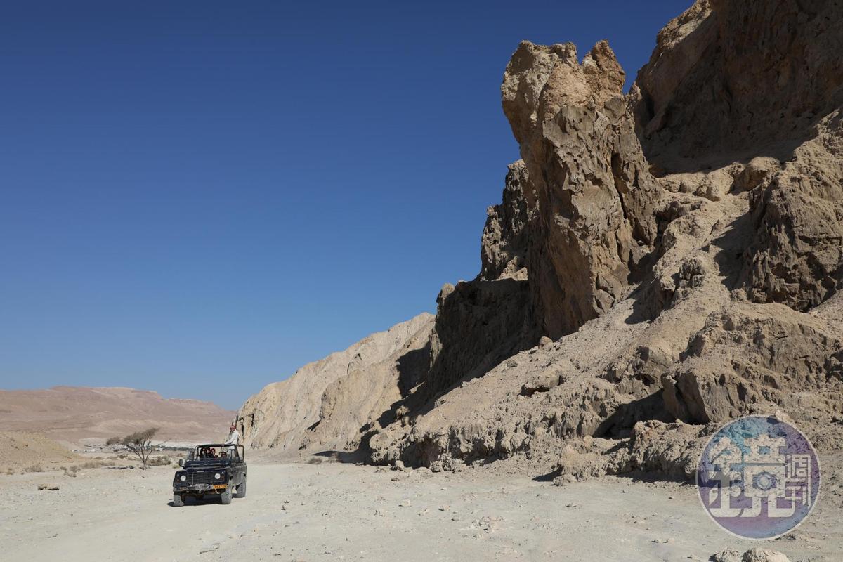 吉普車奔馳在死海沙漠中,蒼野茫茫,四顧無人。