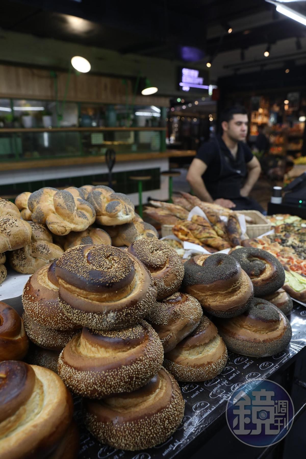 攤上隨處可見猶太傳統的辮子麵包,這是當地人的主食之一。