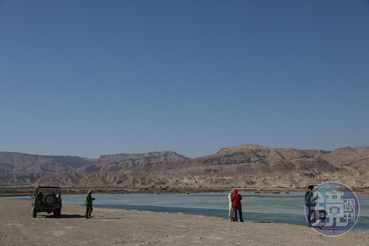 吉普車從沙漠開到死海中的道路,阿里說,這條路往前一直走,就是約旦。