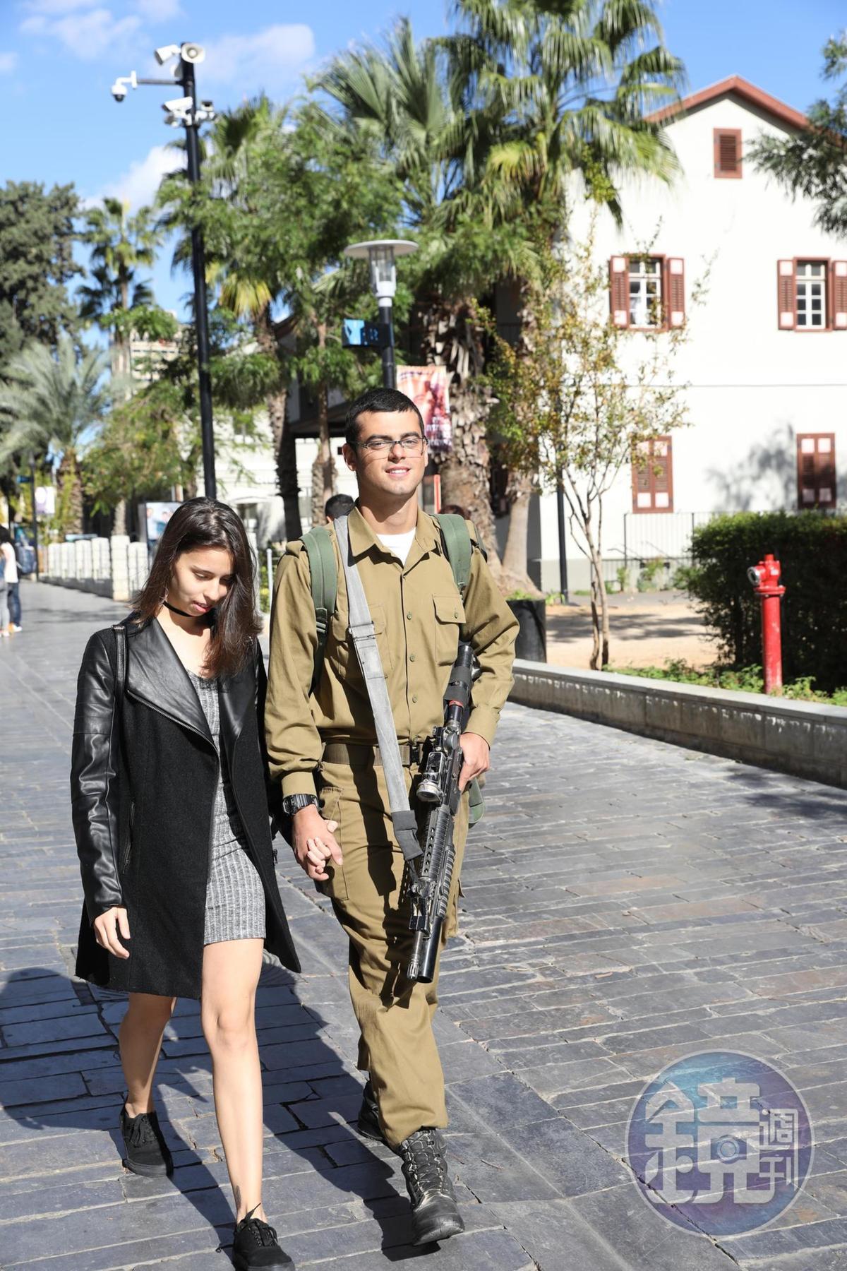以色列女生要服2年、男生則需服2年半的兵役,路上常見荷槍實彈的休假阿兵哥。