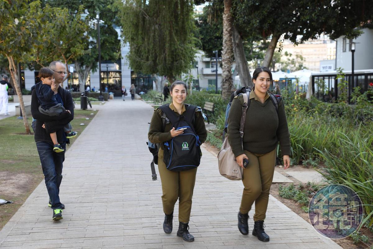 Sarona在二戰後成了軍營,我們也在這裡偶遇休假來逛街的以色列女兵。