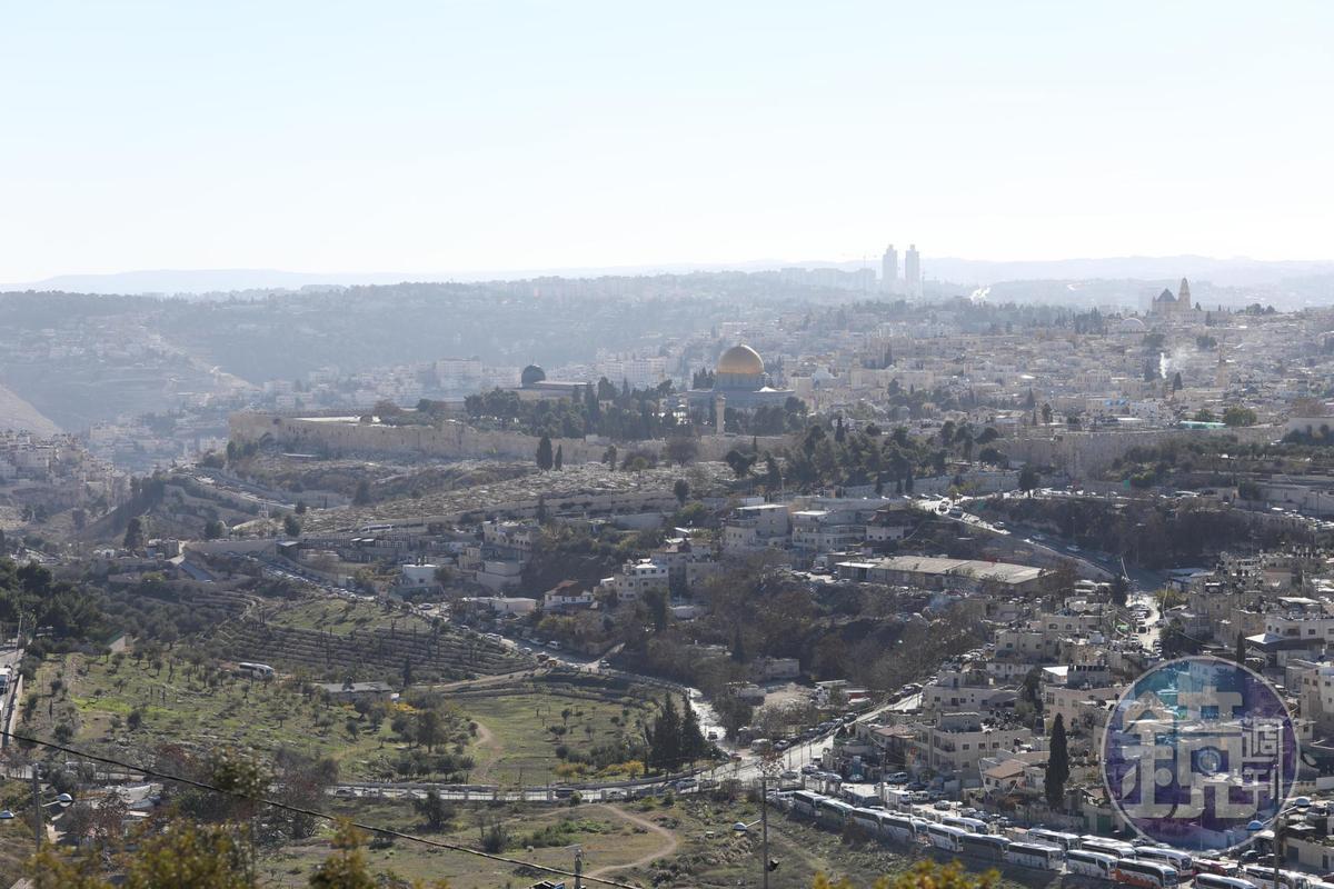 自耶路撒冷城外的「Tabachnik Garden」俯瞰老城,包圍四周的石牆與金頂清真寺清晰可見。